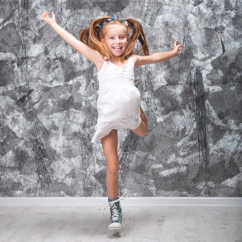 逗人喜爱的小女孩跳 库存图片