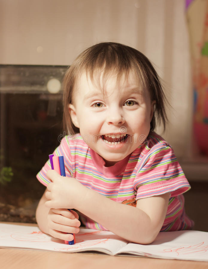逗人喜爱的小女孩画与毡尖的笔 库存图片