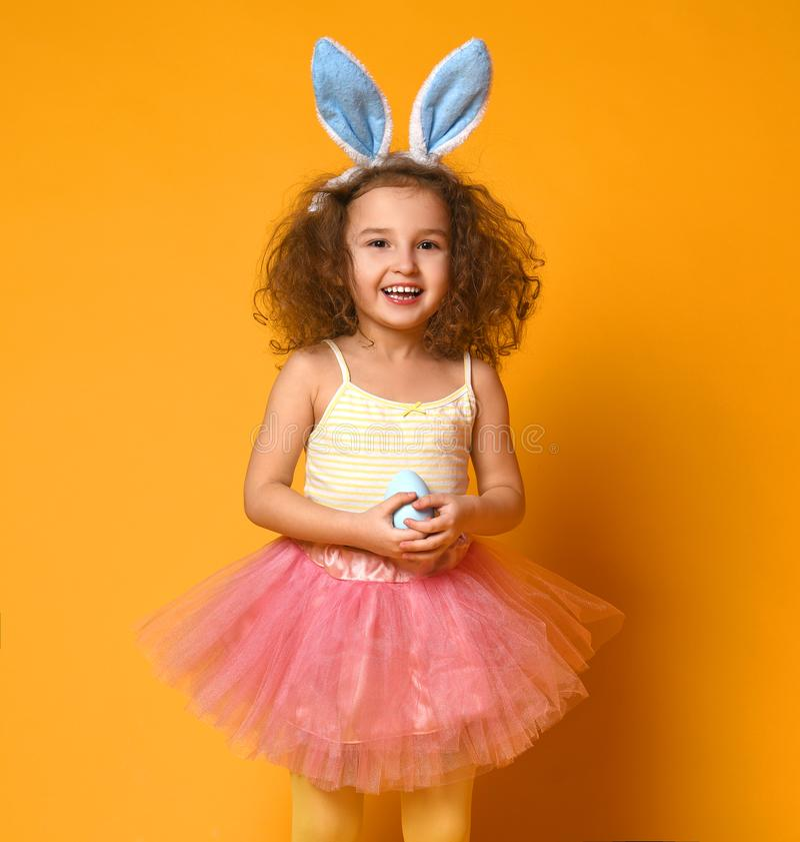逗人喜爱的小孩女孩佩带的兔宝宝耳朵在复活节天 库存图片