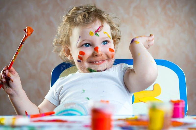 逗人喜爱的小孩绘画 免版税库存照片