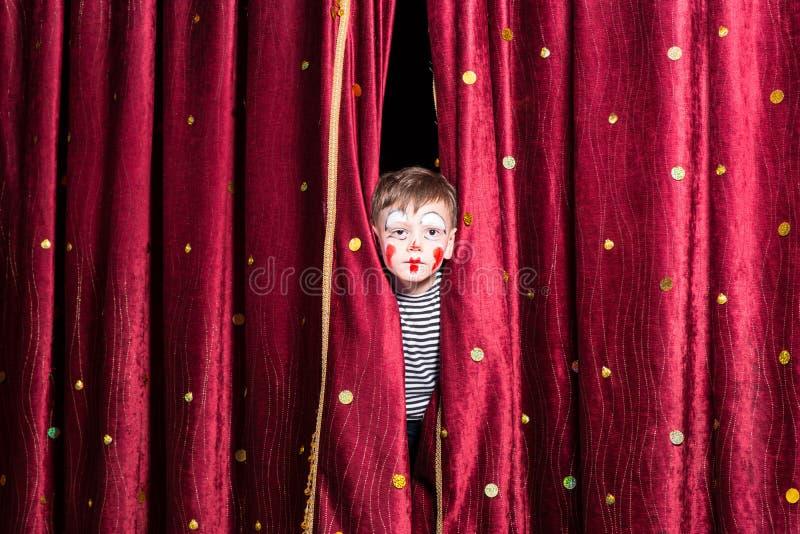 逗人喜爱的小男孩佩带的面孔油漆和服装 库存图片