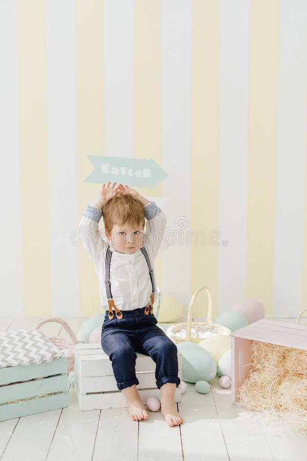 逗人喜爱的小男孩做兔宝宝耳朵复活节庆祝 免版税库存图片
