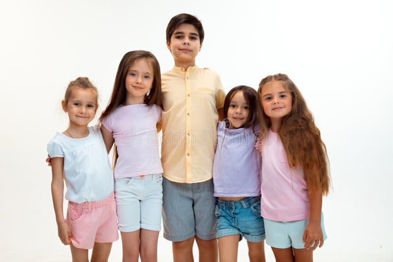 逗人喜爱的小男孩和女孩画象看照相机的时髦的衣裳的演播室 库存照片