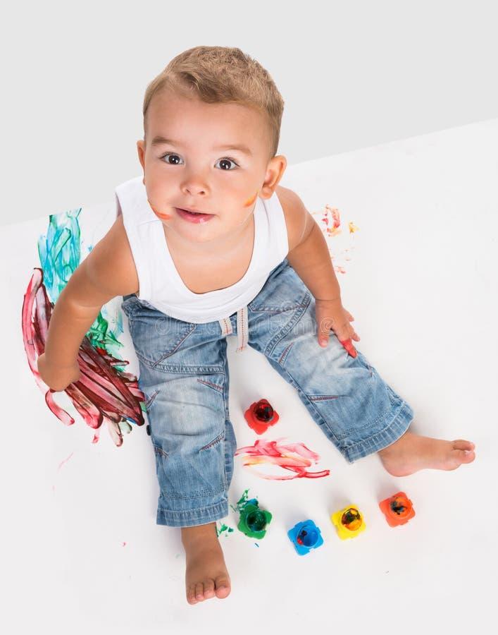 逗人喜爱的小男孩和树胶水彩画颜料 免版税库存图片