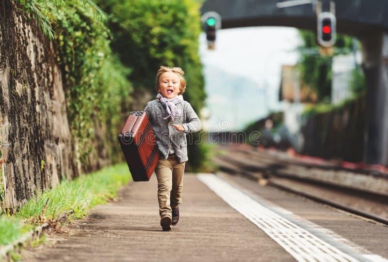逗人喜爱的小男孩室外画象 图库摄影