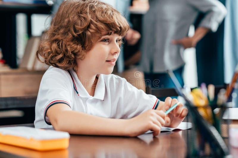 逗人喜爱的小男孩开会 免版税图库摄影