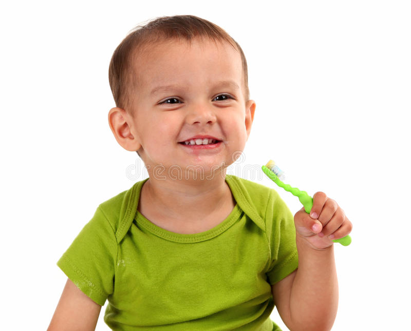 逗人喜爱的小男孩掠过的牙 免版税库存图片