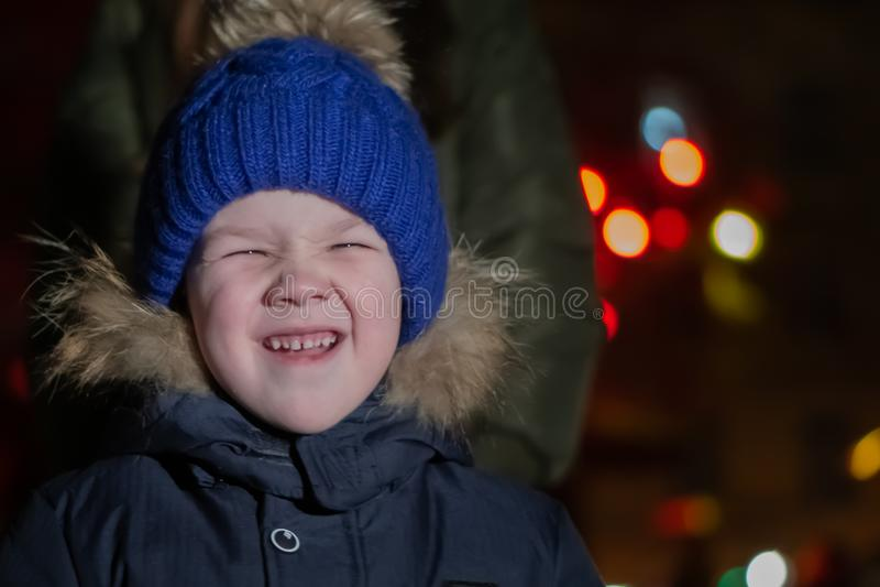 逗人喜爱的小男孩画象冬时的 免版税库存照片