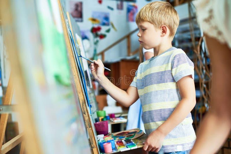 逗人喜爱的小男孩绘画图片 图库摄影