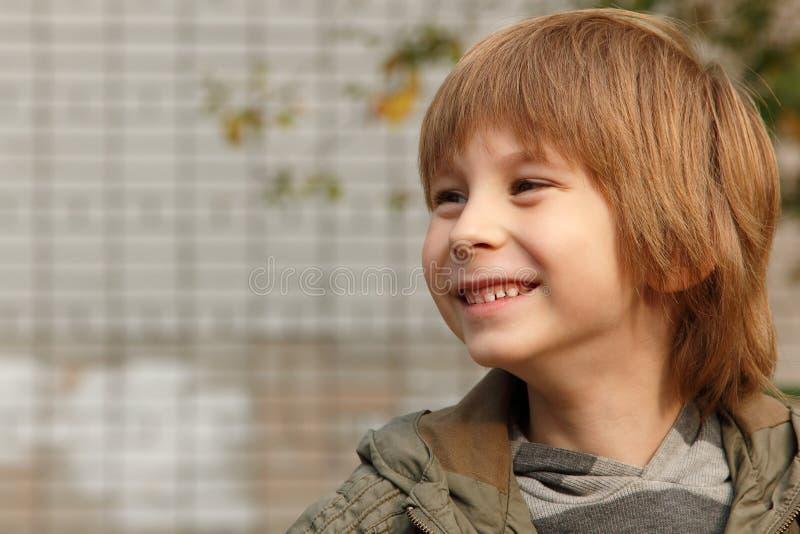 逗人喜爱的小男孩,室外画象 免版税库存照片
