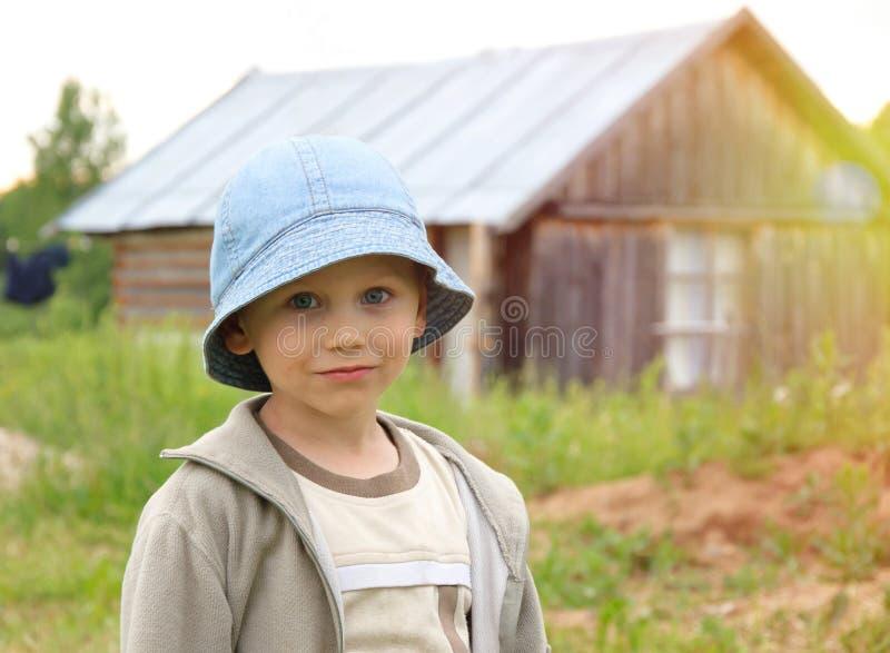 逗人喜爱的小男孩画象在俄国村庄 库存图片