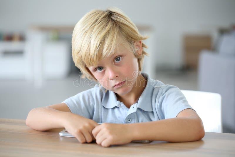 逗人喜爱的小男孩画象有片剂的 图库摄影
