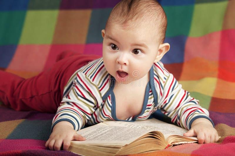 逗人喜爱的小的婴孩阅读书 免版税图库摄影