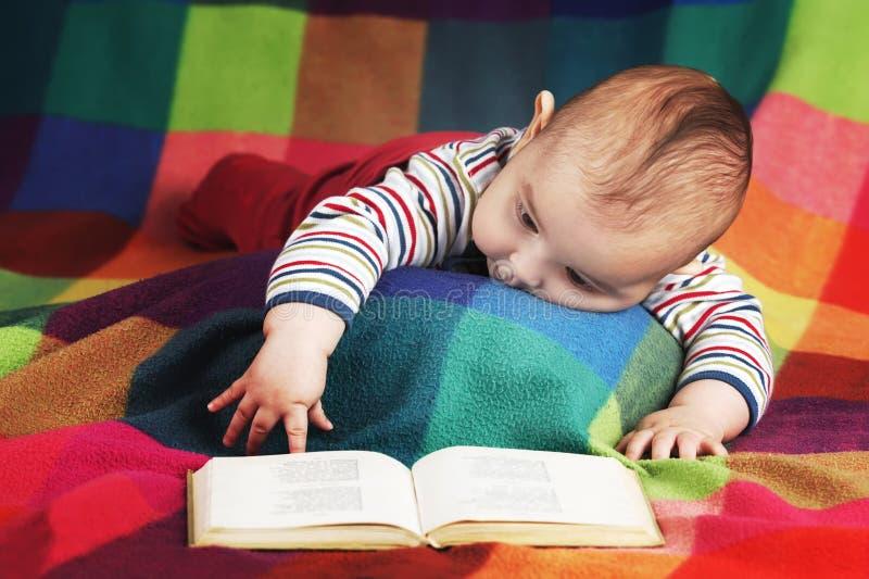 逗人喜爱的小的婴孩阅读书 库存图片