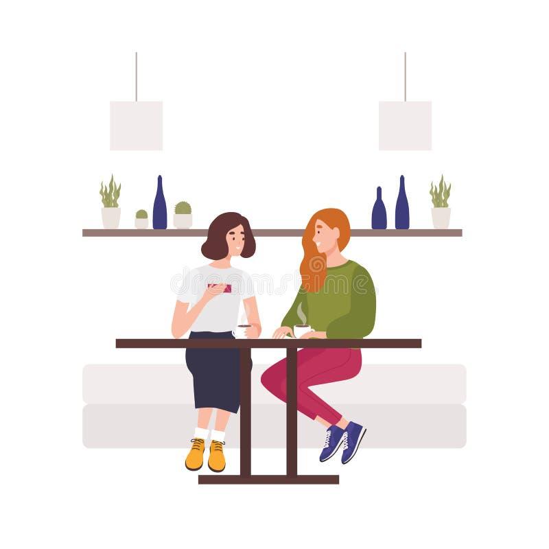 逗人喜爱的少女坐沙发在咖啡馆,饮用的咖啡和谈话 两个hppy女性朋友聊天 滑稽微笑 库存例证