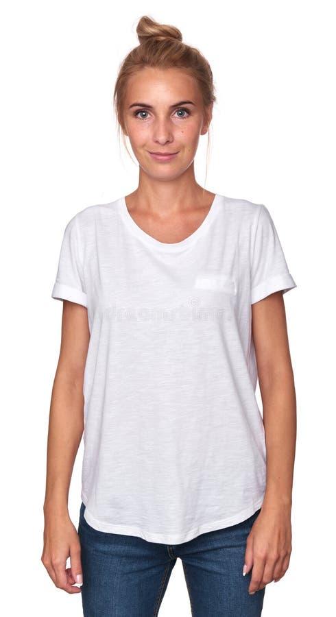 逗人喜爱的少妇佩带的白色T恤杉 免版税库存照片