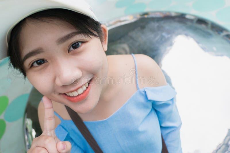 逗人喜爱的年轻亚洲泰国青少年的微笑 免版税库存照片