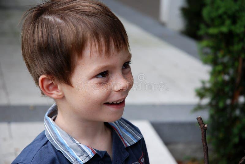逗人喜爱的幼儿园男孩热诚笑 图库摄影