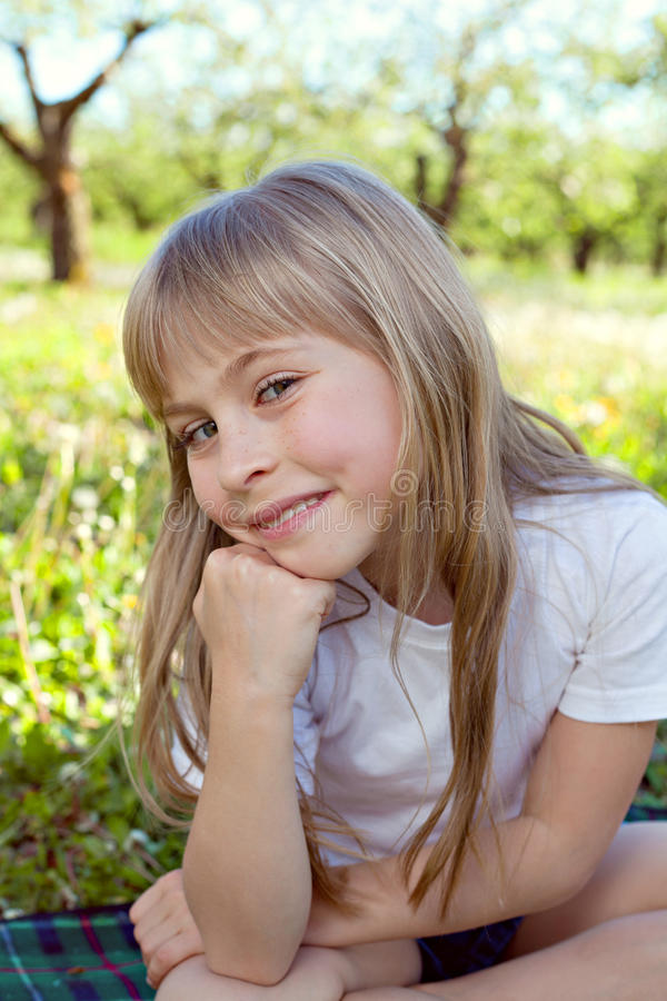 逗人喜爱的微笑女孩 免版税库存图片