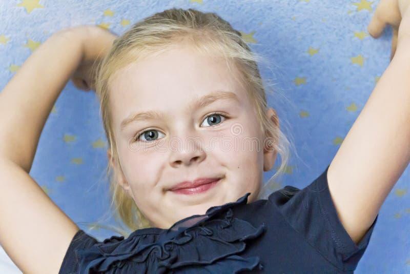 逗人喜爱的微笑的女孩用向上手 免版税库存照片