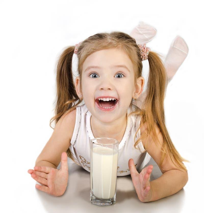 逗人喜爱的微笑的小女孩是被隔绝的饮用奶 库存照片