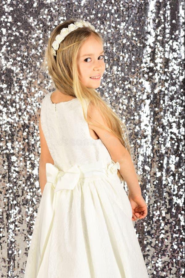 逗人喜爱的微笑的小女孩纵向公主礼服的 免版税库存照片