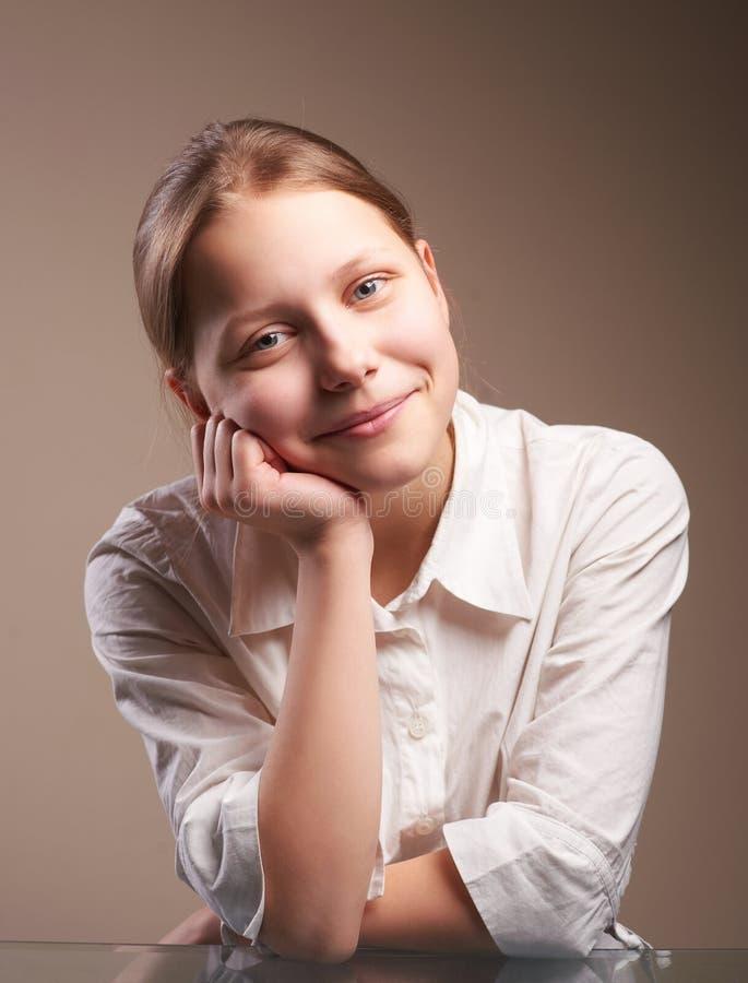 逗人喜爱的微笑的青少年的女小学生 免版税库存照片