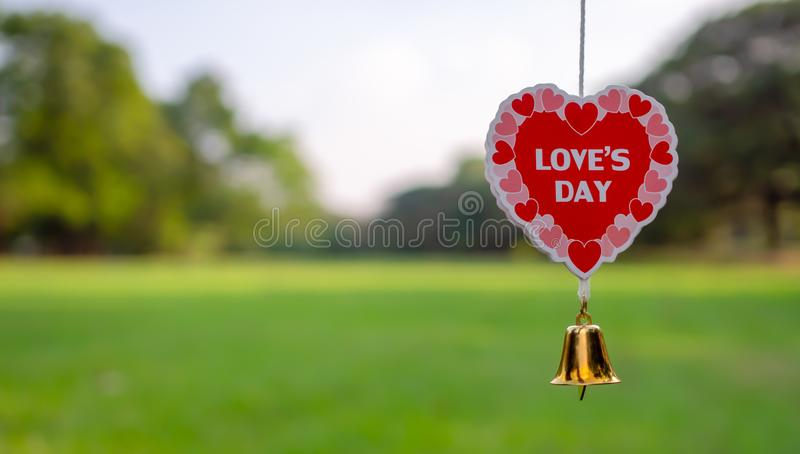 逗人喜爱的心形流动情人节主题垂悬与分支在庭院里 英国字符爱的天 图库摄影