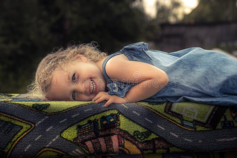 逗人喜爱的快乐的儿童女孩微笑的乡下概念愉快的无忧无虑的童年 免版税库存图片