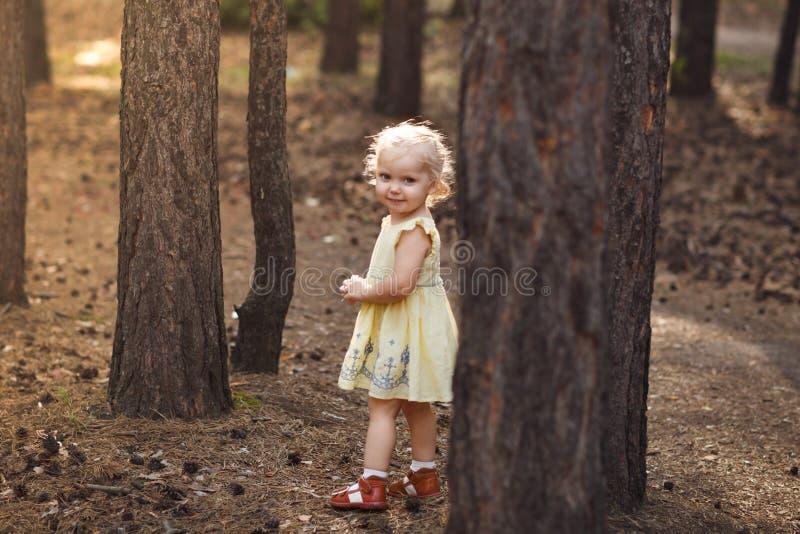 逗人喜爱的快乐的小女孩特写镜头画象在公园 库存图片