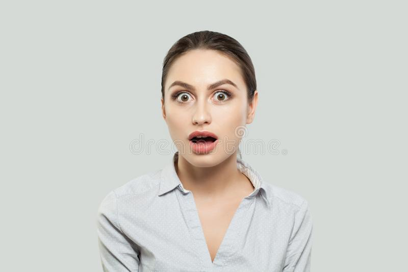 逗人喜爱的惊奇的女学生画象白色背景的 免版税库存照片