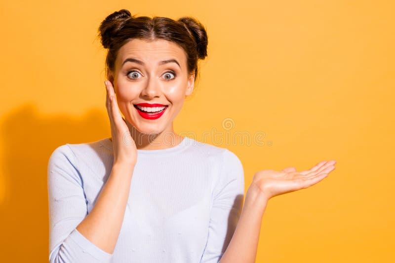 逗人喜爱的惊奇的年轻人画象在注意价格以后的在购物中心减少 她由她接触她的面颊 库存照片