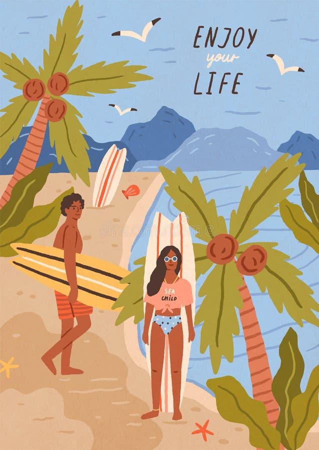 逗人喜爱的愉快的年轻人和妇女有冲浪板的在热带沙滩 对海或海洋海岸的微笑的冲浪者 皇族释放例证