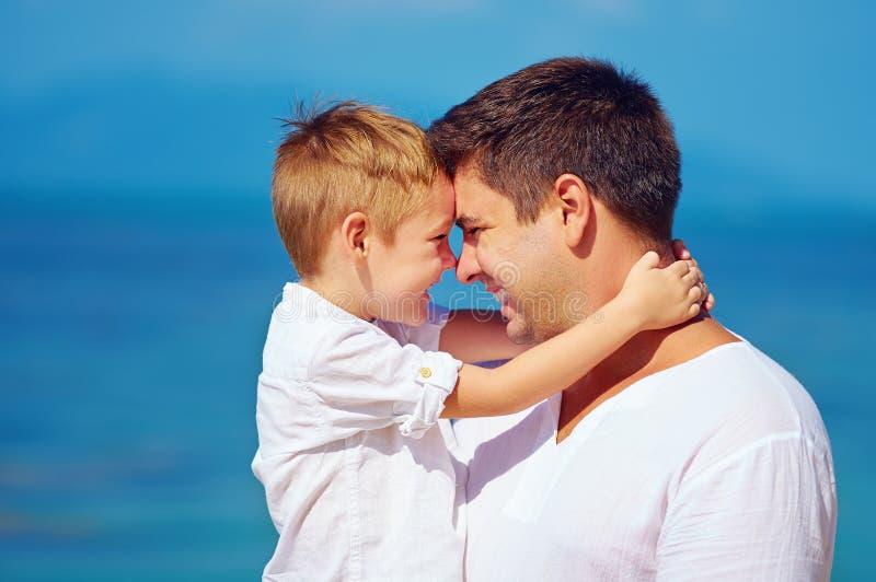 逗人喜爱的拥抱父亲和的儿子,家庭关系 免版税图库摄影