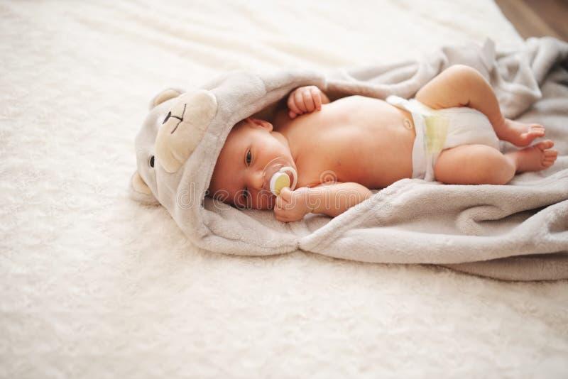 逗人喜爱的新出生的婴孩在家 库存照片