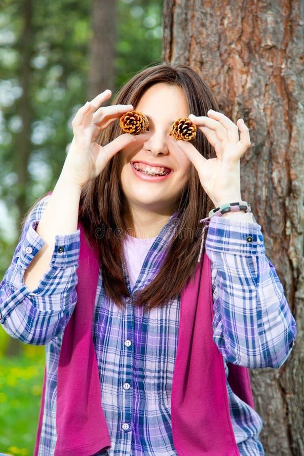 逗人喜爱的新十几岁的女孩纵向取笑  免版税图库摄影