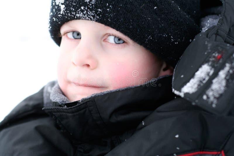 逗人喜爱的新男孩在冬天 免版税库存照片