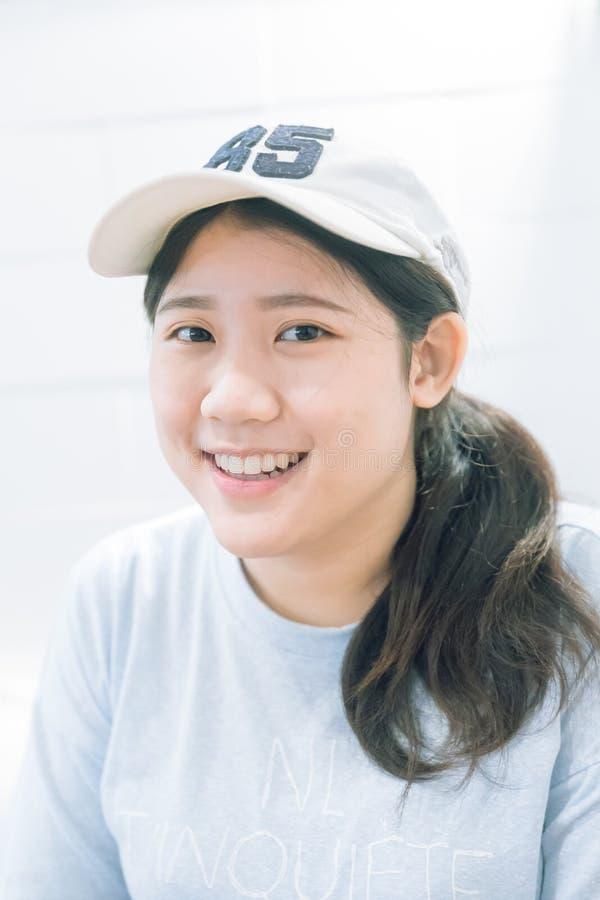逗人喜爱的无辜的亚裔青少年的妇女画象微笑 库存照片