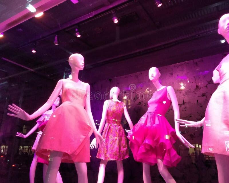 逗人喜爱的春天礼服,时尚在NYC商店窗口里,曼哈顿,纽约, NY,美国 免版税库存照片