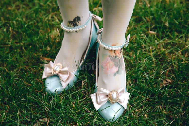 逗人喜爱的有桃红色弓的葡萄酒蓝色鞋子 减速火箭的甜糖果鞋子 免版税库存图片