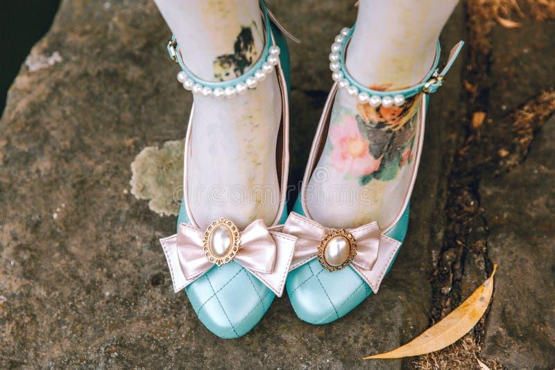 逗人喜爱的有桃红色弓的葡萄酒蓝色鞋子 减速火箭的甜糖果鞋子 免版税图库摄影