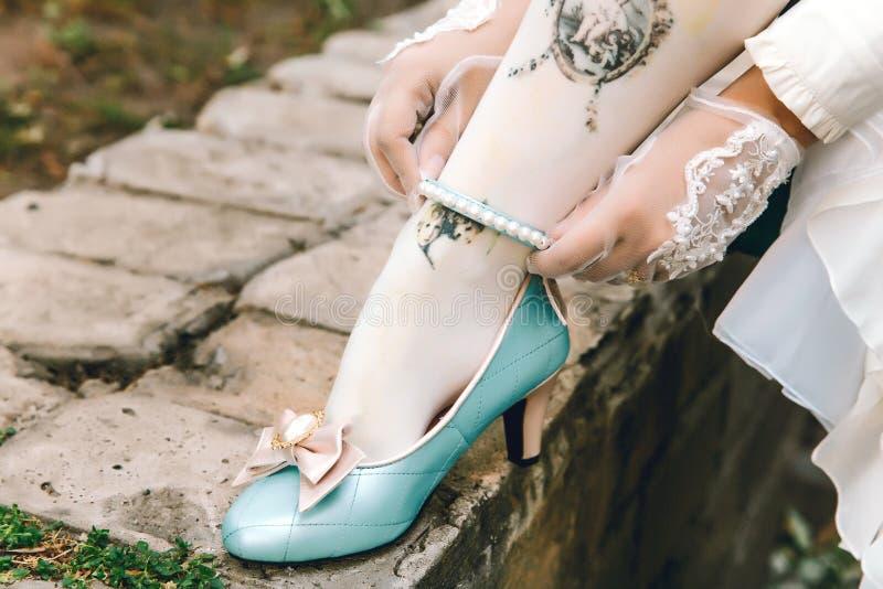 逗人喜爱的有桃红色弓的葡萄酒蓝色鞋子 减速火箭的甜糖果鞋子 库存图片