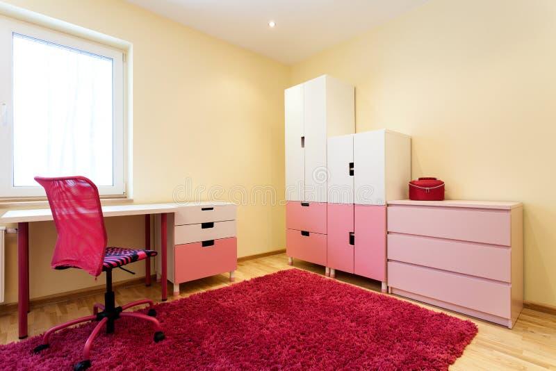 逗人喜爱的桃红色儿童居室 免版税库存图片