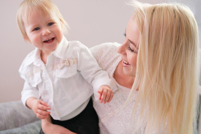 逗人喜爱的母亲特写镜头画象有女儿的在家 库存图片