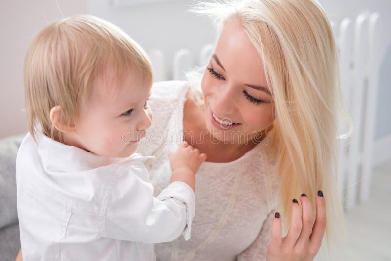 逗人喜爱的母亲特写镜头画象有女儿的在家 图库摄影