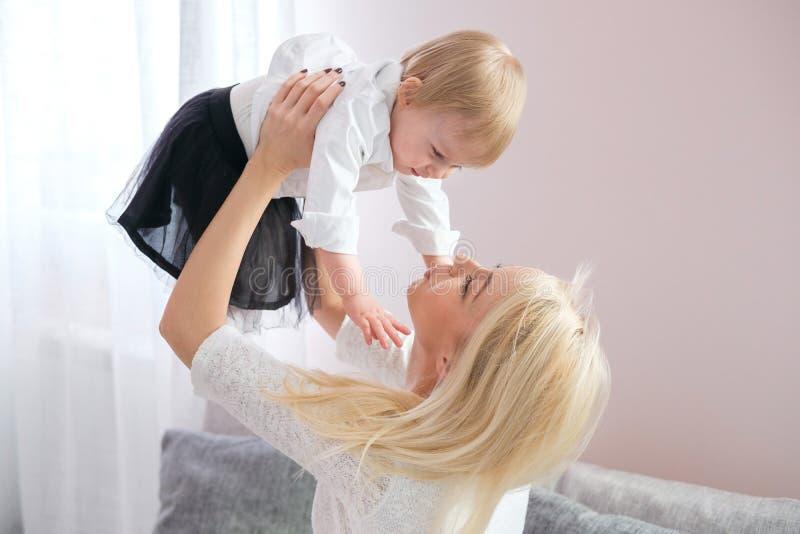 逗人喜爱的母亲特写镜头画象有女儿的在家 库存照片