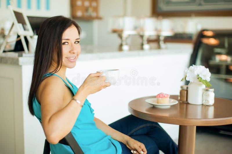 Download 逗人喜爱的深色的饮用的咖啡 库存图片. 图片 包括有 餐馆, 客户, 联络, 咖啡, 界面, 点心, 自助餐厅 - 59109355