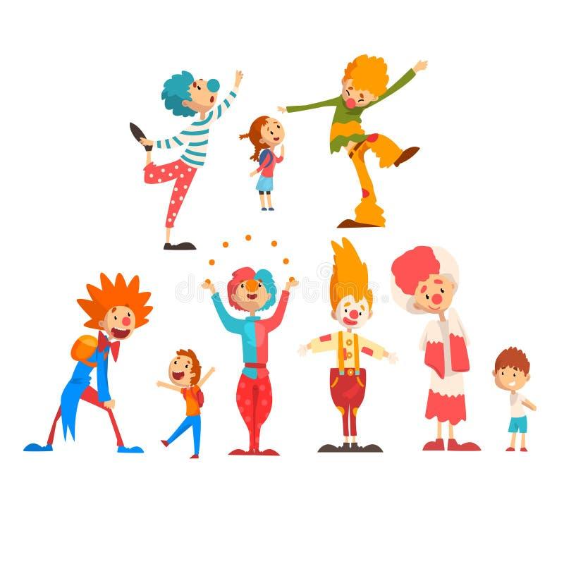 逗人喜爱的滑稽的小丑和愉快的孩子设置了,男孩和女孩获得乐趣在生日,狂欢节党或者马戏表现传染媒介 库存例证
