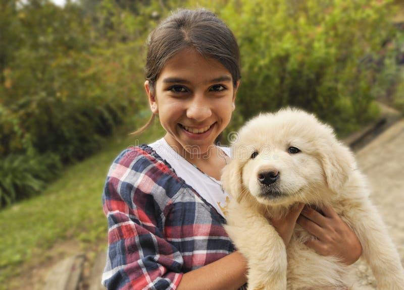 逗人喜爱的狗女孩她的小狗 图库摄影