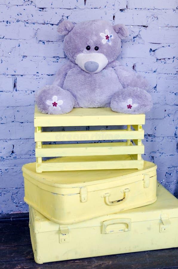 逗人喜爱的玩具熊在孩子屋子里 免版税库存图片